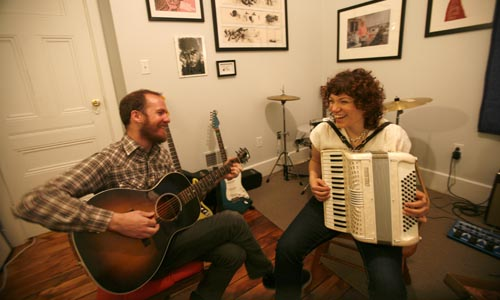 Photo of Raymond Morin and Minette Vaccariello playing music